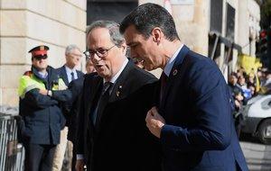 El 'president', Quim Torra, recibe al jefe del Gobierno,Pedro Sánchez, a las puertas de la Generalitat, el 6 de febrero.