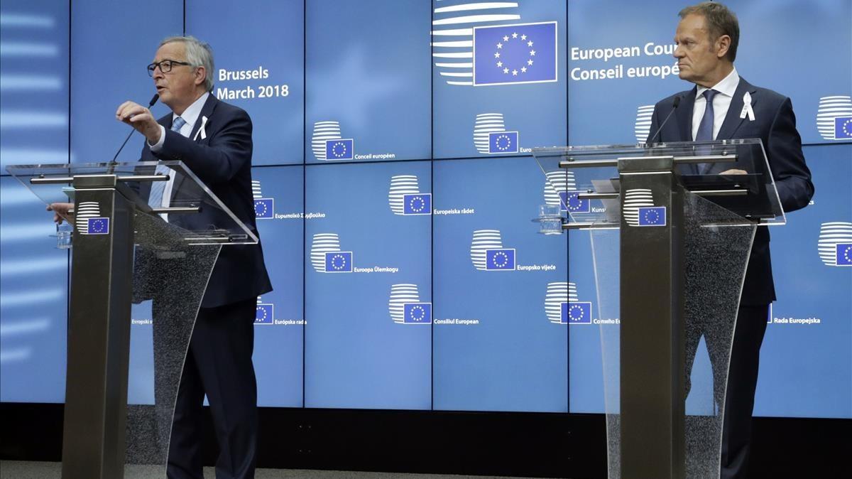 El presidente de la Comisión Europea, Jean-Claude Juncker (izquierda), y el del Consejo Europeo, Donald Tusk, en una conferencia de prensa en Bruselas, el 22 de marzo.