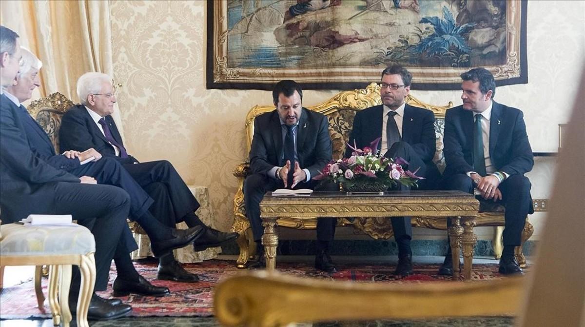 el presidente italiano, Sergio Mattarella (primero por la izquierda), durante su encuentro con el líder de la Liga Norte, Matteo Salvini (segundo por la izquierda) en el palacio Quirinale de Roma.