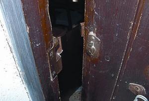 Puerta forzada en un robo, y botín incautado por los Mossos.