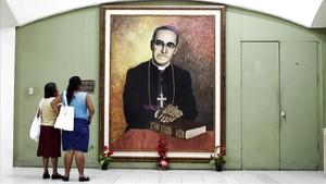 Retrato del arzobispo Óscar Romero en la catedral de San Salvador.