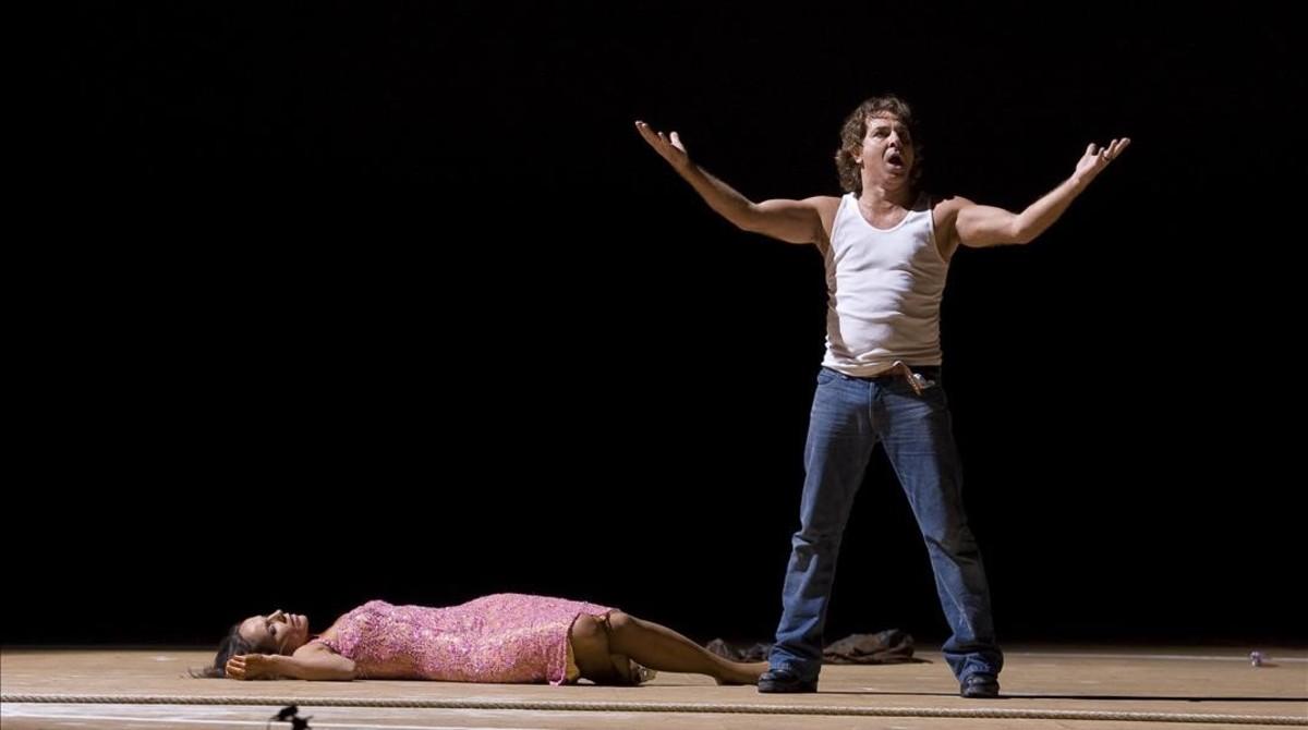 Roberto Alagna como Don José, en la escena final de Carmen, representada en el Liceo, en el 2010.