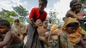 Refugiados roginyás llegan el pasado 5 de septiembre a un campo de refugiados cerca de la frontera conBangladés.