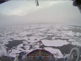 Un rompehielos oceanográfico navega por la costa norte de Alaska.