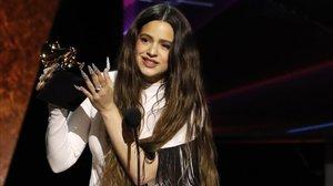 Rosalía agradece el Grammy por el mejor álbum latino de rock, urbano o alternativo.