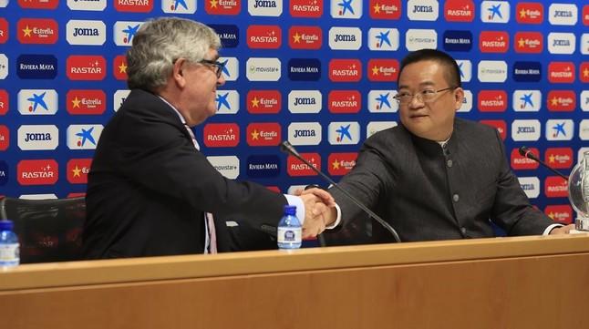 Daniel Sánchez Llibre y Chen Yansheng chocan sus manos en la presentación del empresario chino como nuevo presidente blanquiazul en Cornellà.