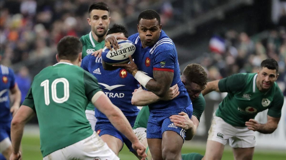 El francésVirimi Vakatawa intenta avanzar entre irlandeses en París.