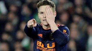 Gameiro celebra su gol que supuso el empate para el Valencia.