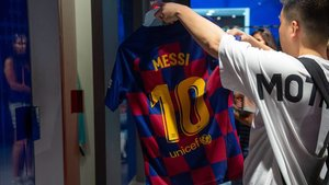 Un aficionado mirauna camiseta de Messi, este viernes en la tienda del Barça.