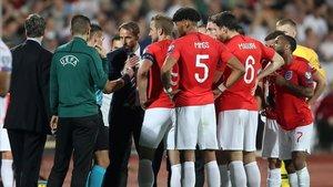 Los jugadores ingleses y el seleccionadorGareth Southgate comentan al árbitro los insultos racistas en Sofía.