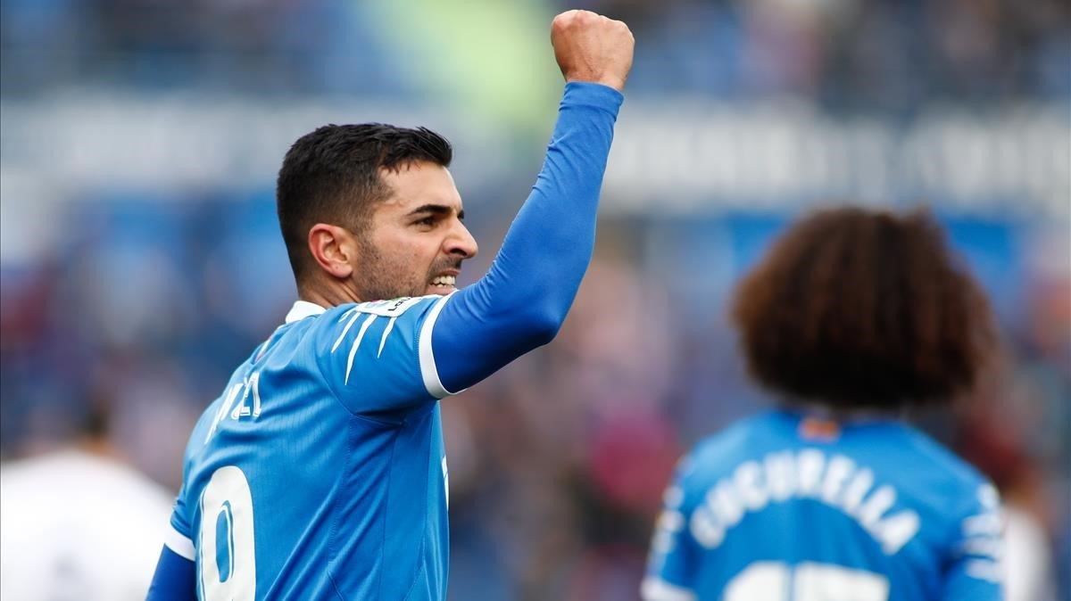 Ángel, del Getafe,celebra un gol, junto a Cucurella ante el Valladolid.