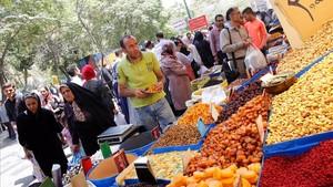 Ciudadanos iranís compran en los negocios del Gran Bazar de Teherán este lunes, horas antes de la entrada en vigor de las nuevas sanciones de EEUU.