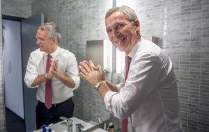 El secretario general de la OTAN, Jens Stoltenberg, se lava las manos como medida de precaución por el coronavirus.