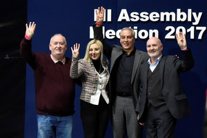 Candidatos del Sinn Fein celebran los buenos resultados electorales.