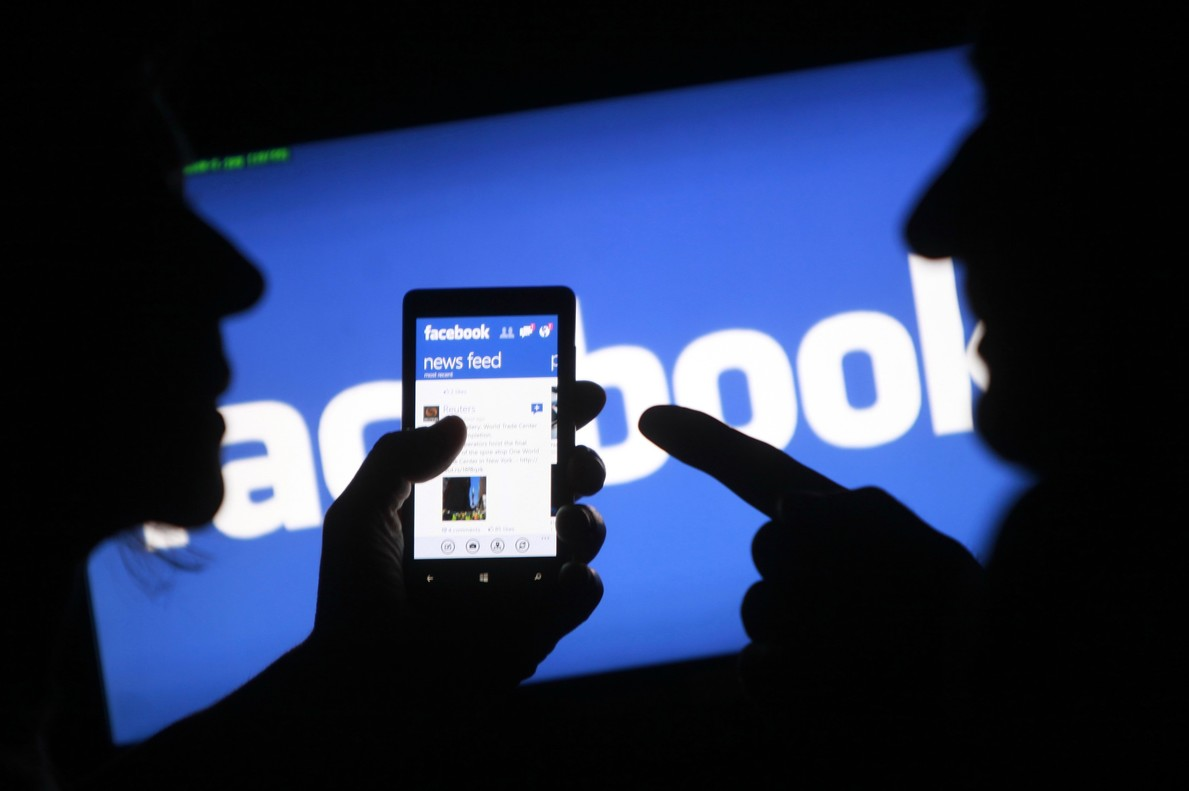 Un smartphone muestra la aplicación de Facebook en su pantalla.
