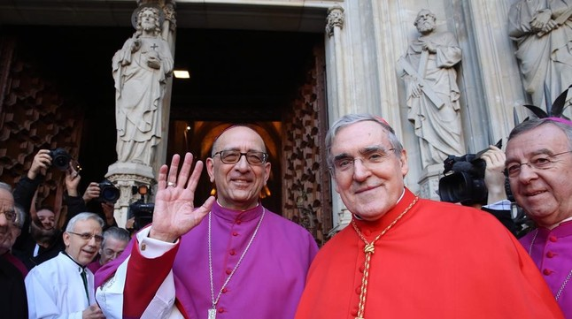El nuevo arzobispo de Barcelona, Joan Josep Omella, con su antecesor, Lluís Martínez Sistach, ayer antes de la toma de posesión.