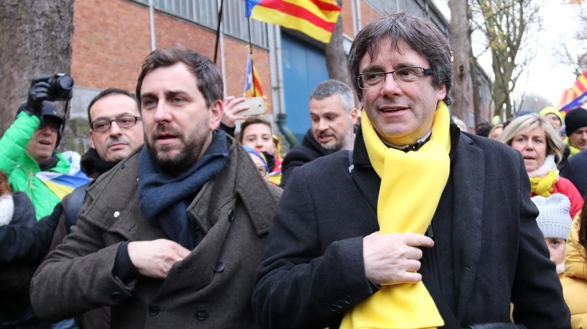 Toni Comín y Carles Puigdemont en Bruselas el pasado 7 de diciembre.