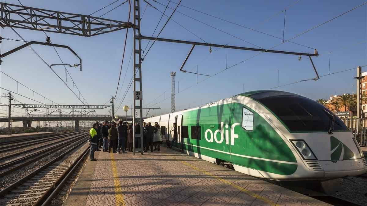 Tren de la línea del AVE de Valencia a Castellón.
