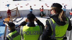 Tres policías en Seefeld (Austria), la sede del Mundial de esquí de fondo.