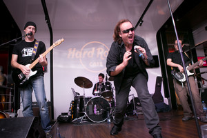 El grupo catalán Please en una actuación anterior en el Hard Rock Cafe.