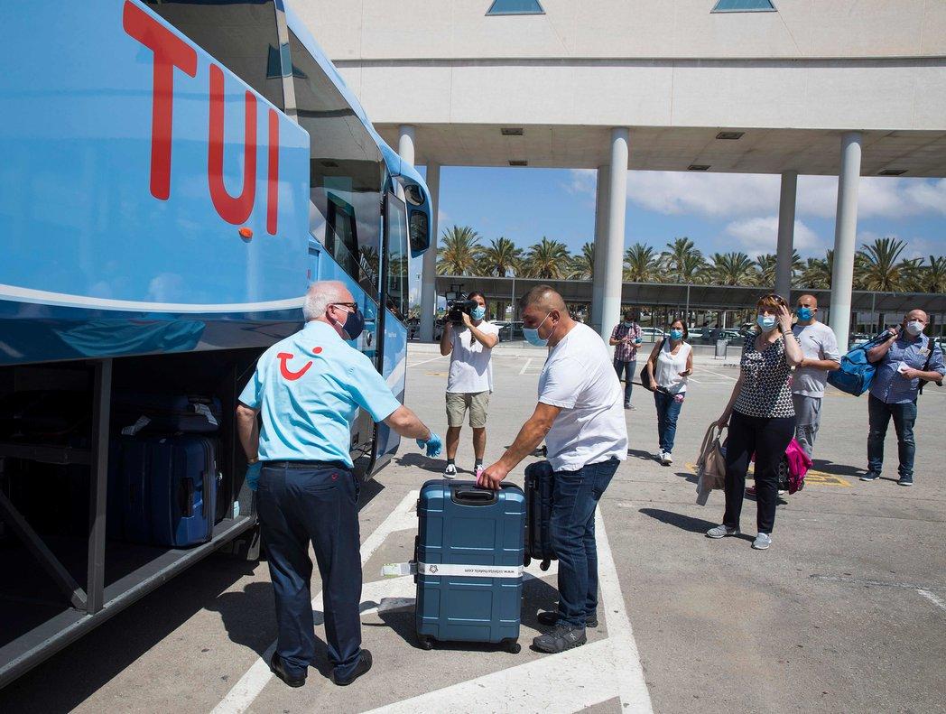 Turistas alemanes llegando a la terminal de Son San Joan, en Palma, a mediados de junio.