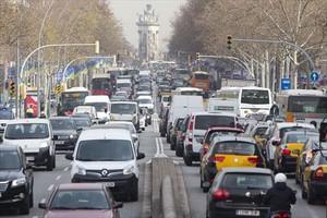 Una calle de Barcelona colapsada por el tráfico automovilístico.