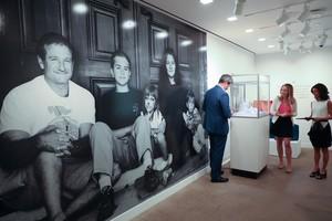 Una fotografíadel actor Robin Williams y su familia junto a los objetos de la subasta exhibidos, el pasado miércoles, en Los Ángeles.