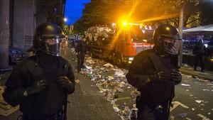 Una grúa se lleva los vehículos de la Guardia Civil que aparcaron frente a la Conselleria de Economia.