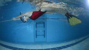 Una practicante de natación con aletas.