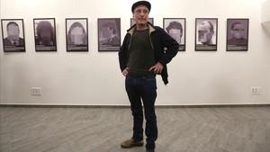 Una réplica de la exposición sobre presos políticos, con el artista Santiago Segura, en Madrid.