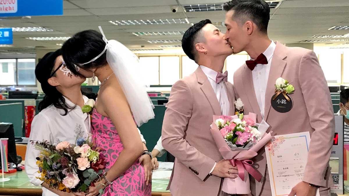 Una veintena de parejas homosexuales se casan en Taipei.