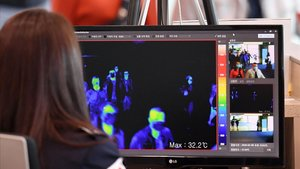 Una vigilante de seguridad de un aeropuerto de Corea del Sur mira por un monitor las imágenes de una cámara térmica para localizar posibles infectados del nuevo virus detectado en China.