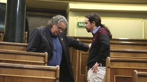 El portavoz de ERC en el Congreso, Joan Tardà, y el líder de Podemos, Pablo Iglesias, en la sesión de control al Gobierno