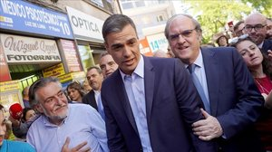 Pedro Sánchez, junto a Pepu Hernández y Ángel Gabilondo, pasea por el distrito madrileño de Vallecas, el 13 de mayo.