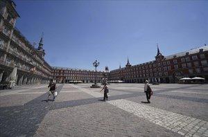 Ambiente de pocos o ningún turista en lugares icónicos de Madrid , en la imagen la Plaza Mayor .