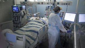 Un enfermo de coronavirus, en la uci del Hospital del Mar.