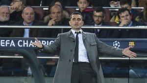 Valverde da instrucciones durante el Barça-Olympique de Lyon en el Camp Nou.