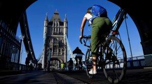 Varios ciudadanos circulan en bicicleta por elpuente de la Torre de Londres, el 16 de mayo.