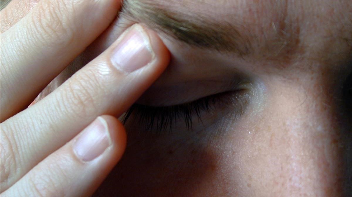 Presión en la sien para tratar de amortiguar el efecto de la migraña.