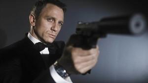 Daniel Craig, caracterizado como James Bond.