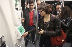 La concejala de Movilidad, Mercedes Vidal, durante la presentación de los enchufes del metro, este lunes.