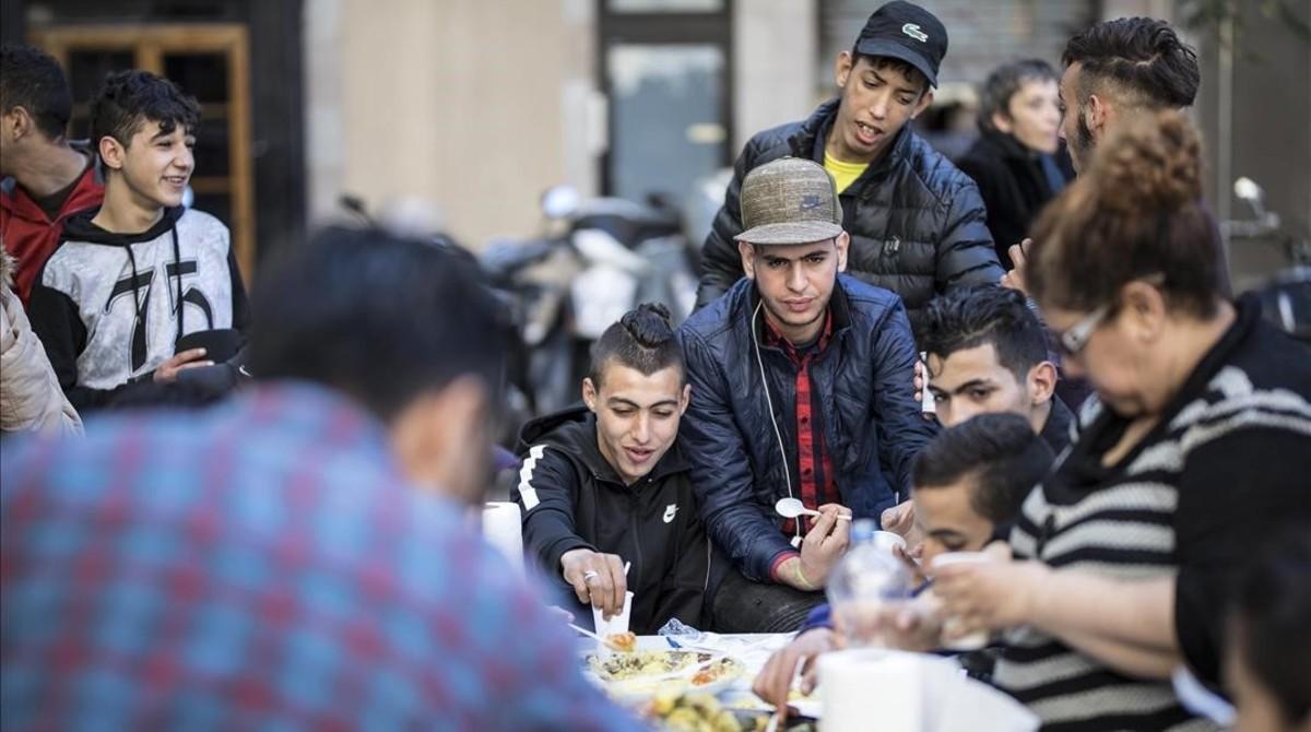 Cuscús popular organizado este viernes por vecinos de Ciutat Vella en el Pou de la Figuera.