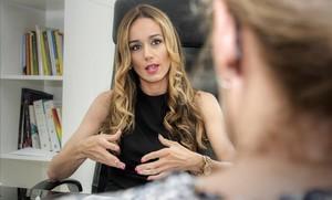La psicóloga y sexóloga Júlia Pascual, en su consulta de Barcelona con una paciente.