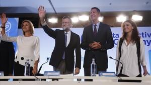 Mariano Rajoy, con María Dolores de Cospedal, Xavier García Albiol y Andrea Levy, en la junta directiva del PPC, este viernes.