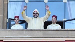 El rey Mohamed VI saluda desde la sede del Parlamento en Rabat.
