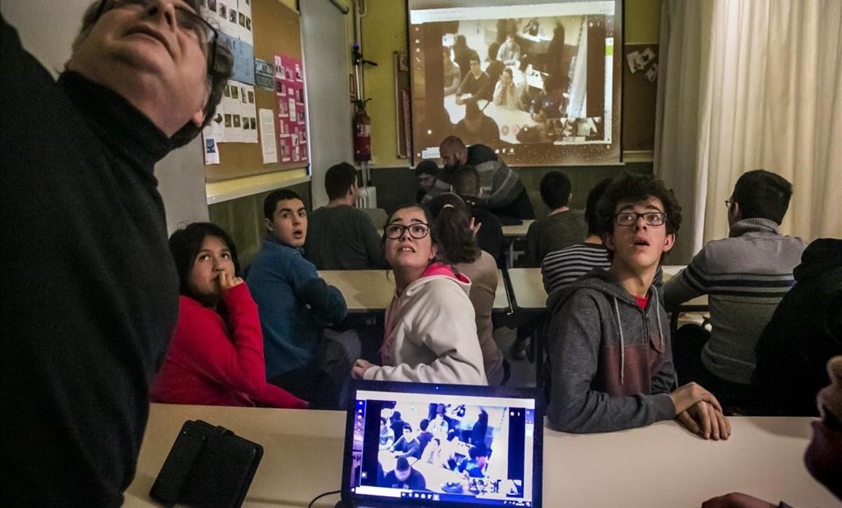 Alumnos de la Escola Rel de Barcelona, durante la conexión con el centro de educación especial de Putaendo (Chile), el pasado martes.
