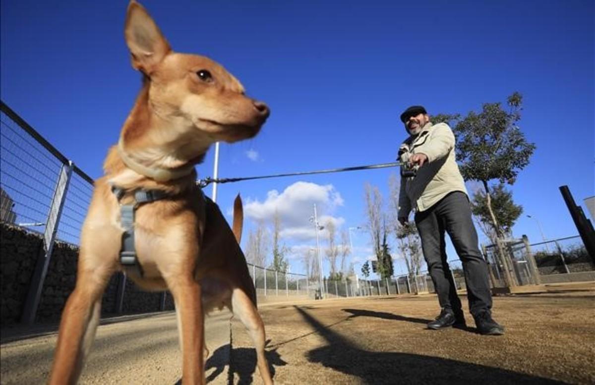 Un usuario del Área de Recreo para perros en Nou Barris