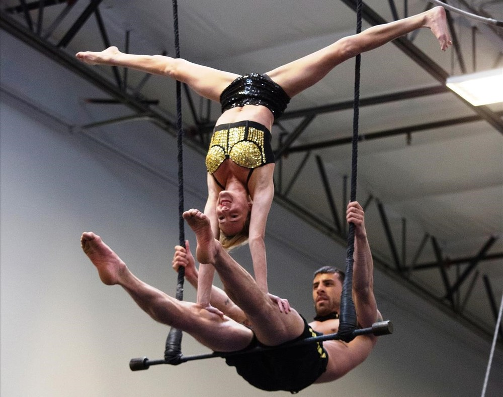 La francesa Audrey Labeau y el norteamericano Thomas Rhys Evans, sobre el trapecio.