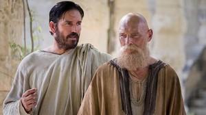 Jim Caviezel (Lucas) y James Faulkner (Pablo), en una imagen de Pablo, el apóstol de Cristo.