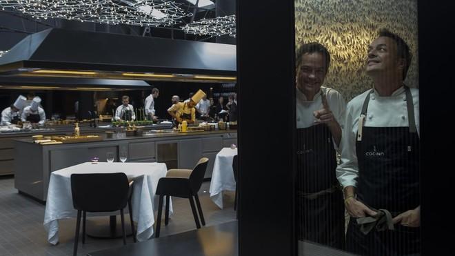 Javier y Sergio Torres, encerrados en la bodega, con el comedor del nuevo restaurante a sus espaldas.